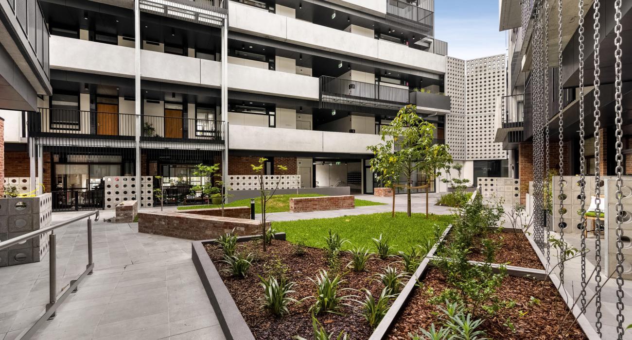 Highviews - Melbourne - Walkway Garden View Outdoor