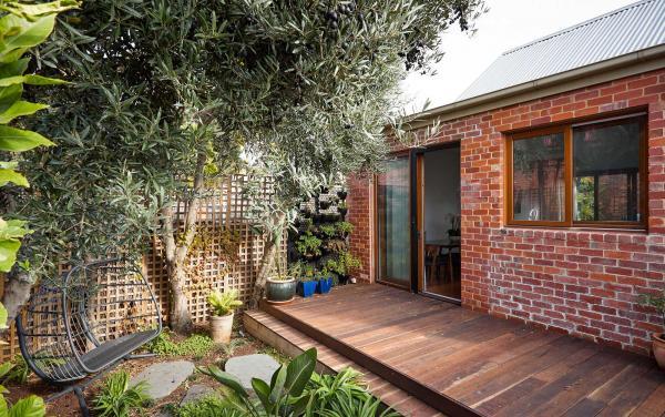 Bay Waves - Albert Park - Rear garden and deck