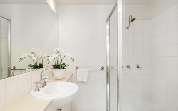 Alberts on Esplanade - Port Melbourne - Central Bathroom